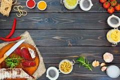 Pokrojony leczący bresaola z pikantność i sprig rozmaryny obraz stock