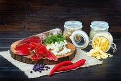 Pokrojony leczący bresaola z pikantność i sprig rozmaryny fotografia stock