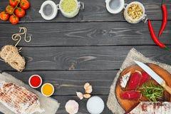 Pokrojony leczący bresaola z pikantność i sprig rozmaryny zdjęcia stock