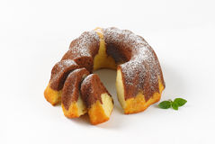 Pokrojony marmurowy bundt tort zdjęcie royalty free