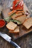 Pokrojony meatloaf na drewnianej tnącej desce Zdjęcia Stock