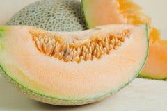 Pokrojony melon z ziarnem na drewnianej desce (Inni imiona są Melonowi, c Obraz Royalty Free