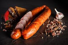 Pokrojony okrąg uwędzona kiełbasa z czosnku, chili i żyta chlebem, zdjęcia royalty free