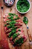 Pokrojony piec na grillu grill wołowiny stek z zielonym chimichurri kumberlandem zdjęcie stock