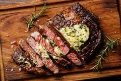 Pokrojony piec na grillu stek Ribeye z zielarskim masłem fotografia royalty free