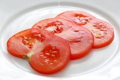 Pokrojony pomidor na bielu talerzu Fotografia Royalty Free