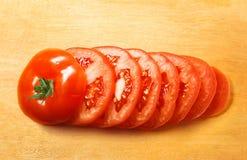 Pokrojony pomidor na drewnianym talerzu Zdjęcie Royalty Free