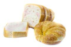 Pokrojony Pszeniczny chleb i Croissants na białym tle Zdjęcia Royalty Free