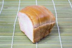 Pokrojony Pszeniczny chleb na tle Obrazy Stock