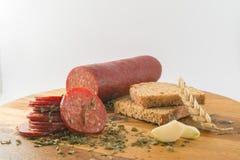 Pokrojony salami z chlebem na drewnianym stole zdjęcia royalty free