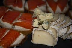 Pokrojony ser z rybimi kanapkami fotografia stock