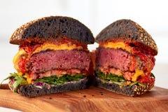 Pokrojony soczysty cheeseburger Fotografia Royalty Free