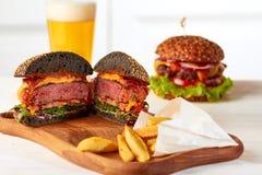 Pokrojony soczysty hamburger z układami scalonymi i piwem Obrazy Royalty Free