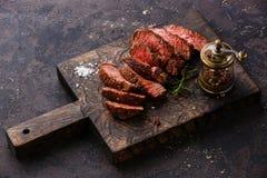Pokrojony stek i pieprzowy młyn fotografia stock