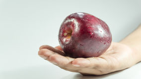 Pokrojony sześcian świeża Czerwona appleon ręka obraz royalty free