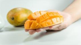 Pokrojony sześcian świeży mango na ręce zdjęcia stock