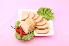 Pokrojony wietnamczyka sausag lub cha gio z chili i sałatą na wh obrazy stock