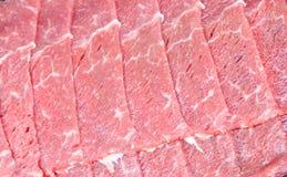 Pokrojony wołowina giczoł w piankowej tacy Zdjęcia Stock