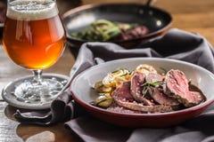 Pokrojony wołowiny tenderloin piec stek grul rozmaryny i szkicu piwo zdjęcie royalty free