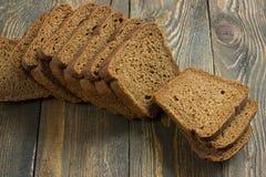 Pokrojony żyto chleb na drewnianym stole Obraz Stock