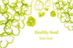 Pokrojony zielony pieprz dzwoni paprykę na białym tle Dekoracyjna rama pieprz odosobniony knedle tła jedzenie mięsa bardzo wiele  Obraz Royalty Free