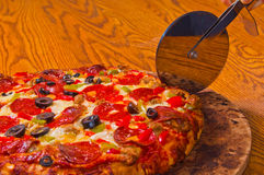 być pokrojonymi pizz polewami Fotografia Stock
