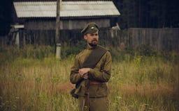 POKROVSKOE,斯维尔德洛夫斯克州,俄罗斯- 2016年7月17日:在1919年俄国内战的历史再制定在乌拉尔 战士 免版税库存图片