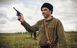 POKROVSKOE, SVERDLOVSK OBLAST, RUSIA - 17 DE JULIO DE 2016: Reconstrucción histórica de la guerra civil rusa en los Urales en 191 Imagenes de archivo