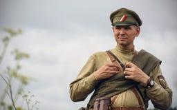 POKROVSKOE, SVERDLOVSK OBLAST, RUSIA - 17 DE JULIO DE 2016: Reconstrucción histórica de la guerra civil rusa en los Urales en 191 Foto de archivo libre de regalías