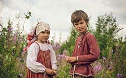 POKROVSKOE SVERDLOVSK OBLAST, RYSSLAND - JULI 17, 2016: Historisk reenactment av den ryska inbördeskriget i Uralsna i 1919 Barn royaltyfri fotografi