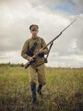 POKROVSKOE SVERDLOVSK OBLAST, RYSSLAND - JULI 17, 2016: Historisk reenactment av den ryska inbördeskriget i Uralsna i 1919 soldat royaltyfri fotografi