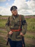 POKROVSKOE SVERDLOVSK OBLAST, RYSSLAND - JULI 17, 2016: Historisk reenactment av den ryska inbördeskriget i Uralsna i 1919 Soldat arkivfoto