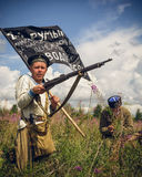 POKROVSKOE SVERDLOVSK OBLAST, RYSSLAND - JULI 17, 2016: Historisk reenactment av den ryska inbördeskriget i Uralsna i 1919 Soldat royaltyfri foto