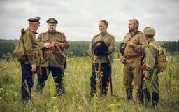 POKROVSKOE SVERDLOVSK OBLAST, RYSSLAND - JULI 17, 2016: Historisk reenactment av den ryska inbördeskriget i Uralsna i 1919 soldat royaltyfri bild