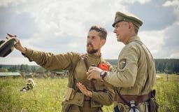 POKROVSKOE SVERDLOVSK OBLAST, RYSSLAND - JULI 17, 2016: Historisk reenactment av den ryska inbördeskriget i Uralsna i 1919 Soldat arkivbild
