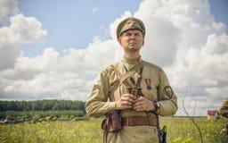 POKROVSKOE SVERDLOVSK OBLAST, RYSSLAND - JULI 17, 2016: Historisk reenactment av den ryska inbördeskriget i Uralsna i 1919 Soldat Fotografering för Bildbyråer