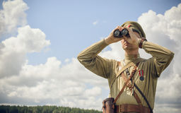 POKROVSKOE SVERDLOVSK OBLAST, RYSSLAND - JULI 17, 2016: Historisk reenactment av den ryska inbördeskriget i Uralsna i 1919 Soldat Royaltyfria Foton