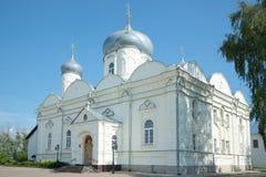 Pokrovsky大教堂Zverin-Pokrovsky一个晴天的修道院特写镜头在7月 假定招标veliky教会的novgorod 库存图片