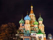 Pokrovsky domkyrka i Moskva i natt Royaltyfri Fotografi
