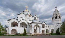 Pokrovskykathedraal met een belltower in Heilige Pokrovsky een vrouwelijk klooster in Suzdal royalty-vrije stock foto