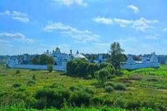 Pokrovskyklooster van 14de eeuw in Suzdal, Rusland royalty-vrije stock afbeeldingen