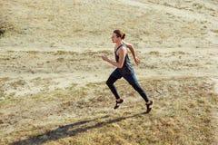 pokrycie sportu Mężczyzna biegacza biec sprintem plenerowy w scenicznej naturze Dysponowany mięśniowy męski atlety szkolenia ślad Zdjęcie Royalty Free