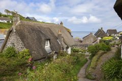 Pokrywać strzechą chałupy przy Cadgwith zatoczką, Cornwall, Anglia Zdjęcia Royalty Free
