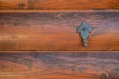Pokrywa haczyka na drewnianej ścianie hovel w ogródzie zdjęcie royalty free