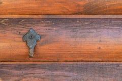 Pokrywa haczyka na drewnianej ścianie hovel w ogródzie zdjęcie stock