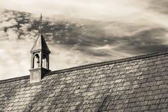 Pokrywająca strzechą dachowa chałupa w typowej Angielskiej wiosce z scenicznymi widokami Exmoor park narodowy Odbitkowa przestrze Zdjęcia Royalty Free