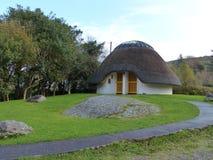 Pokrywająca strzechą Nowożytnego projekta domu chałupa Irlandia Obrazy Royalty Free