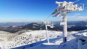 Pokrywający narciarski dźwignięcie w carpathian górze zbiory
