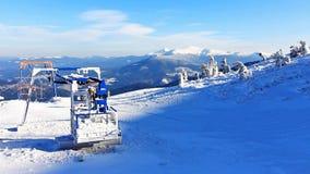 Pokrywający narciarski dźwignięcie w carpathian górze zdjęcie wideo