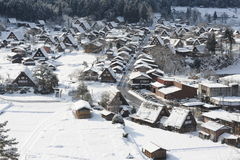 Pokrywający strzechą dachów domy zakrywający w śniegu Zdjęcie Stock